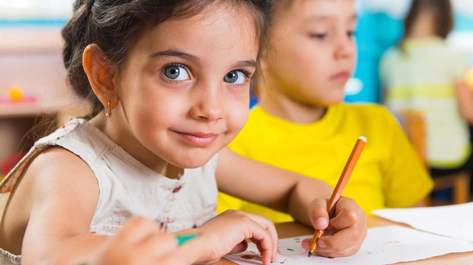 طفلة ترسم بالألوان